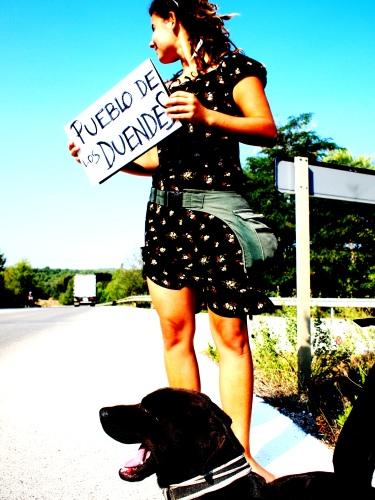 Lena en haar hond liften naar Elfendorp